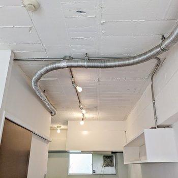 天井にはむき出しの配管。無垢フローリングとのギャップもまた素敵。