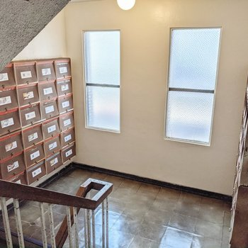 階段を降りると以前使われていたポストが。今はリノベーションプロジェクトの紹介スペースになっています。
