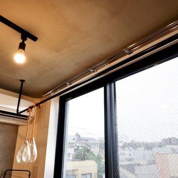 室内物干しにも使えますし、ハンギンググリーンなどで彩りを加えるのもいいですね。
