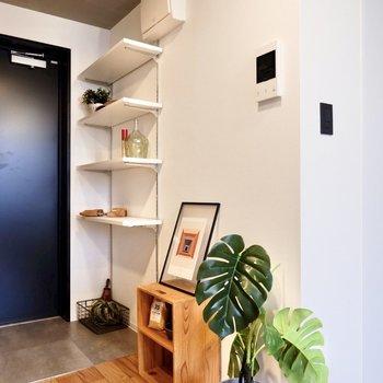 こちらに追加で棚を並べてみたり。木製のものがよく馴染みそうです。