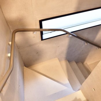 1階との移動は階段で。