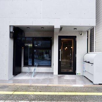 シンプルな建物入り口。
