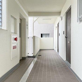 【共用部】エレベーターを出てすぐにお部屋があります。
