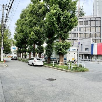 【周辺環境】お部屋を出てすぐの大通り。交通量多めです。