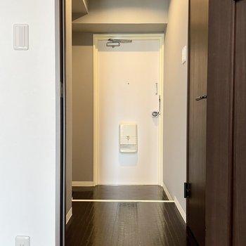 玄関ホールの床は革素材みたいなんです。