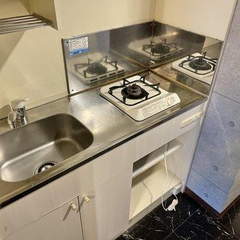コンロは1口!レンジや炊飯器などはお部屋に置きましょう。(※写真は4階の同間取り別部屋のものです)
