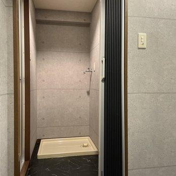 脱衣所仕切りはアコーディオンカーテン!正面に洗濯機置き場。(※写真は4階の同間取り別部屋のものです)