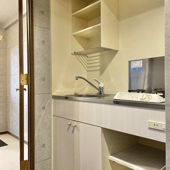キッチンはコンパクト。収納にお皿やフライパンなどをしまいたいな。(※写真は4階の同間取り別部屋のものです)