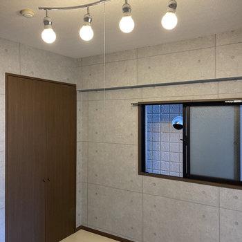 照明もお部屋とマッチ!(※写真は4階の同間取り別部屋のもの、照明はサービス品です)