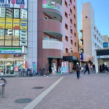 要町駅側にもコンビニや飲食店が立ち並びますよ。