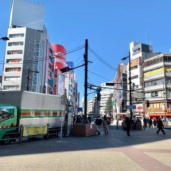 周辺は商業施設が多く、賑わっていました。