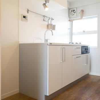 キッチンです。冷蔵庫置き場は横のスペースに。※写真は3階の似た間取り別部屋のものです