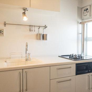 2口ガスコンロのTOMOSキッチンはナチュラルでかわいいです。※写真は3階の似た間取り別部屋のものです
