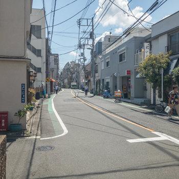 周辺は閑静な住宅街です。お部屋の前には個人経営のお店がちらほらと。