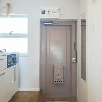 玄関。床材のタイルが可愛らしいですね。※写真は3階の似た間取り別部屋のものです