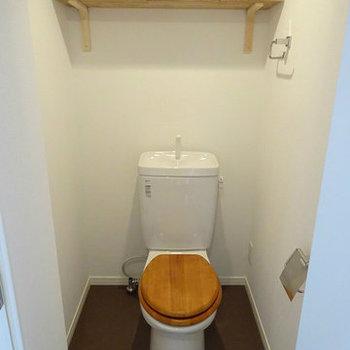トイレは木製便座や木の棚を設置しました。※写真は3階の似た間取り別部屋のものです