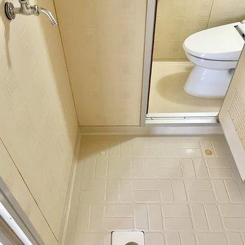 洗面台の左側には洗濯機置き場。