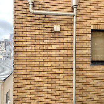 2つある窓。こちらはキッチン左横の眺望。
