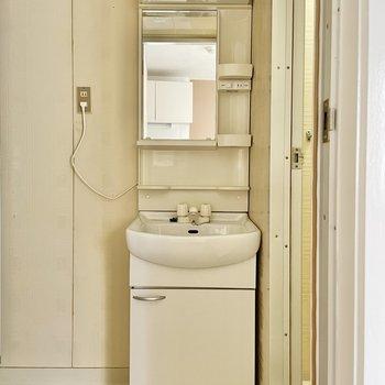 スリムな洗面台。その右手に、