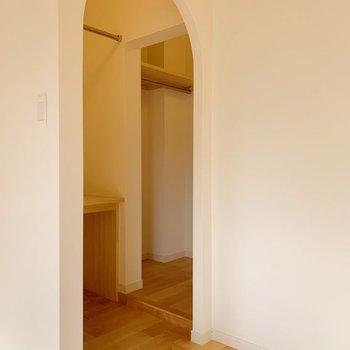 【イメージ】玄関横の空間はアーチ開口のサービスルームが!