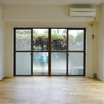 大きな窓が出迎えてくれるリビング。※写真は1階の似た間取り別部屋のものです