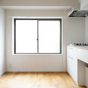 キッチン横に窓が合って換気も楽々。※写真は1階の似た間取り別部屋のものです