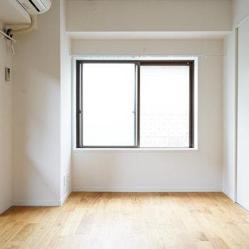 テレビはこちら側でしょうか。※写真は1階の似た間取り別部屋のものです