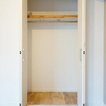 【イメージ】奥行きのある折り戸収納が付きます。