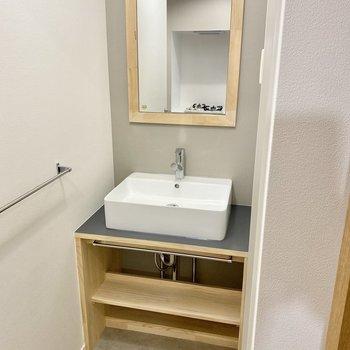 【イメージ】サニタリールームでは木枠ミラーの洗面台がお出迎え。