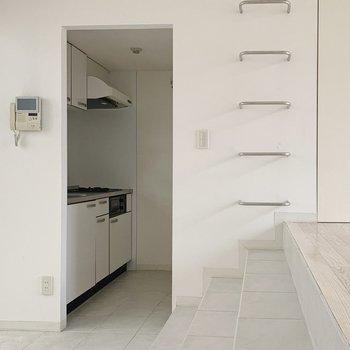 階段を下り、玄関からキッチンへ…!なんだか、海外みたいだ。うっとり◯(※写真は7階の同間取り別部屋のものです)