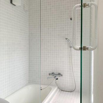 お風呂はちょっぴり恥ずかしいけど、格好いい!ガラス張り◯(※写真は7階の同間取り別部屋のものです)