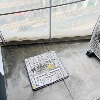 バルコニーはコンパクト。お洗濯はこまめに!(※写真は7階の同間取り別部屋のものです)