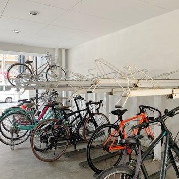 自転車置き場は1階部分に。屋根があって雨の日も安心です◎