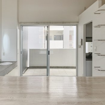 くるっと反対側。ドアもガラス張りなのでかなり開放的。(※写真は7階の同間取り別部屋のものです)