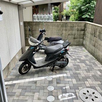 屋根付きのバイク置き場。