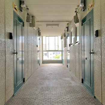 共用廊下は雨をしのげます。