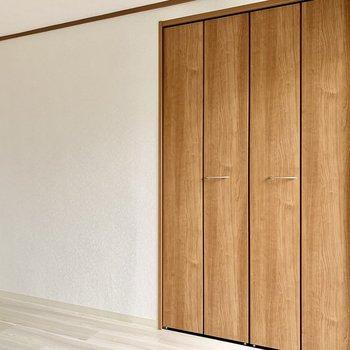 クローゼットの扉も木のデザインで良い雰囲気。