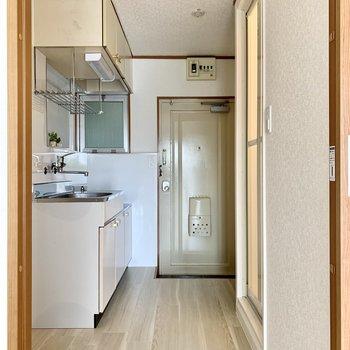 廊下側に水回りがまとめられています。キッチン手前に冷蔵庫を置けます。