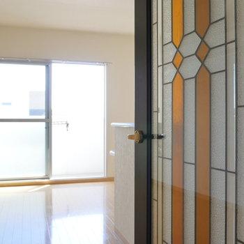 ステンドグラスのようなドアが素敵。(※写真は前回募集時のものです)