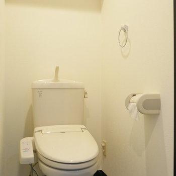 トイレはウォシュレット付。 小棚が嬉しい。(※写真は前回募集時のものです)