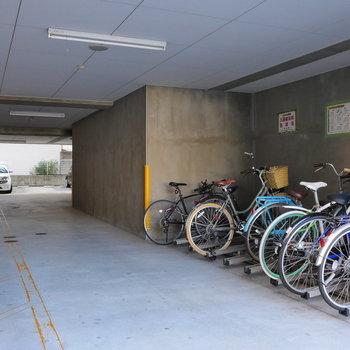 敷地内に、駐輪場に駐車場あります。