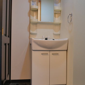 独立洗面台も棚が多くて便利そう。(※写真は前回募集時のものです)