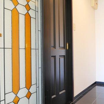 ドアを開いて。 廊下は黒御影石で高級感。(※写真は前回募集時のものです)