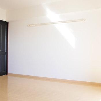 黒い収納のドアに、ピクチャーレール。(※写真は前回募集時のものです)