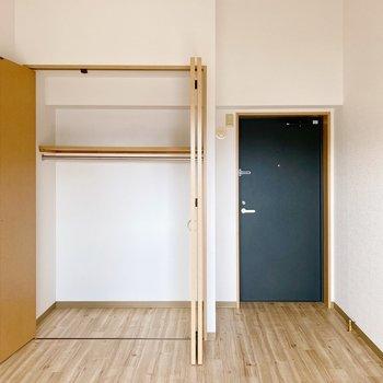 【2階】2階のお部屋に戻って。こちらにも収納付き。そして、この黒い扉から…