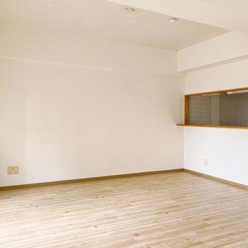 【1階】階段下、カウンターキッチンの前がリビングのメインになりそう。