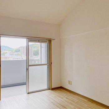 【2階】2階天井はアーチ型に。天井高く広く感じますよ。