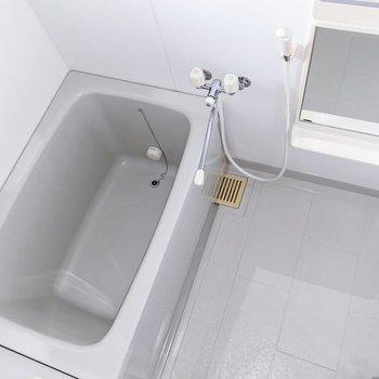 【1階】お風呂はスタンダードなタイプ。浴室乾燥も付いていますよ。(※写真はフラッシュを使用しています)