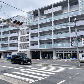 1階にはアパレルショップや飲食店が入っています。