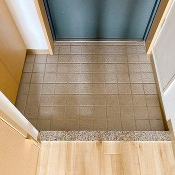 【1階】玄関は普通サイズ。スタメン1.2足置いておきましょう。